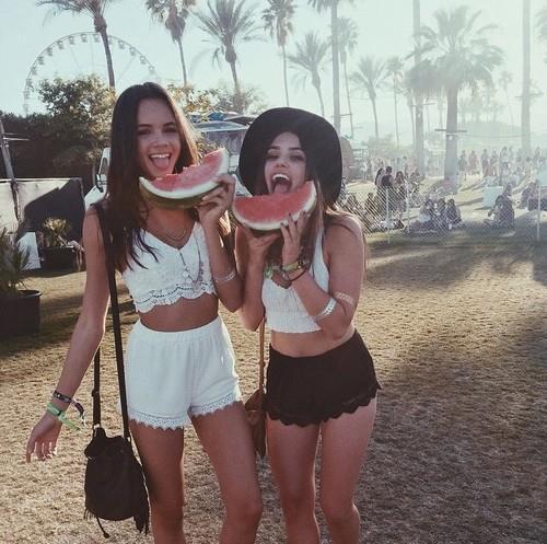 外でフルーツを食べる女性
