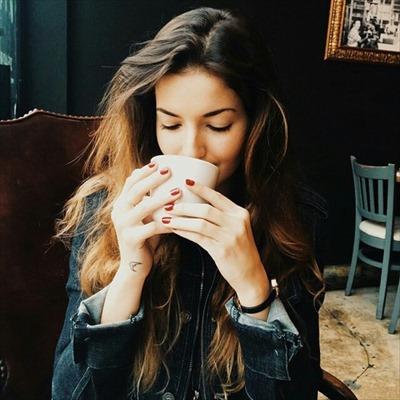 白湯を飲む女性の画像