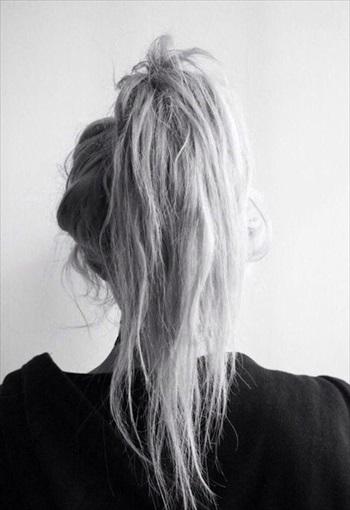 ボサボサに痛んだ髪の女性