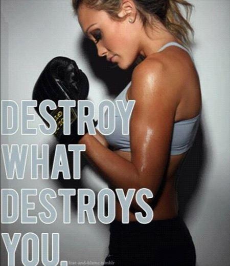 体を鍛える女性の汗