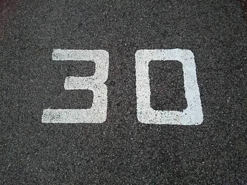 地面にかかれた数字の30