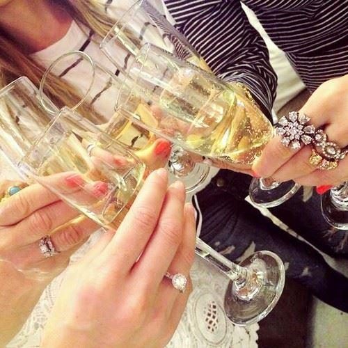ワインを飲む女子会