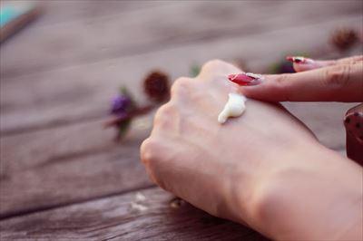 保湿クリームをつけた女性の手