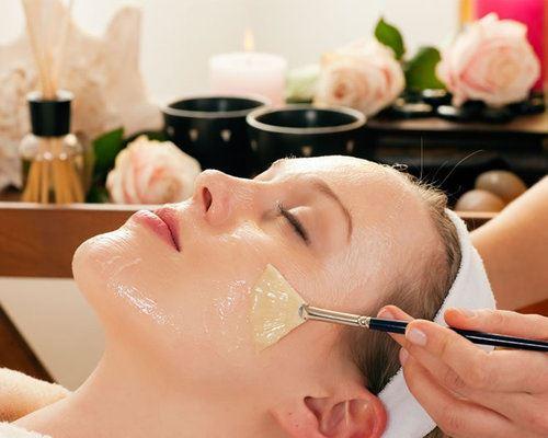 ワセリンを顔に塗る女性