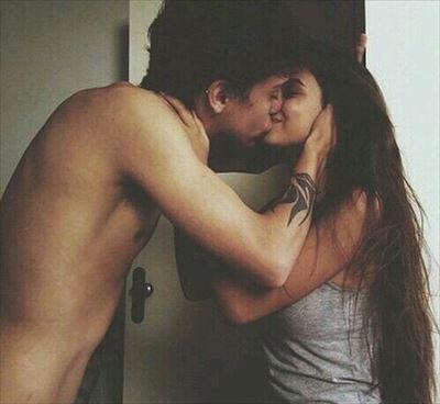 男性にキスを求められる女性