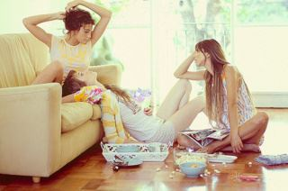 散らかった部屋でしゃべる3人の女性