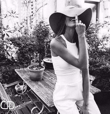 笑顔を帽子で隠す女性