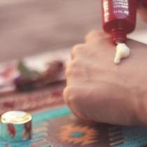 ハンドクリームを付ける女性の手