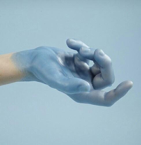 ベトベトした女性の手