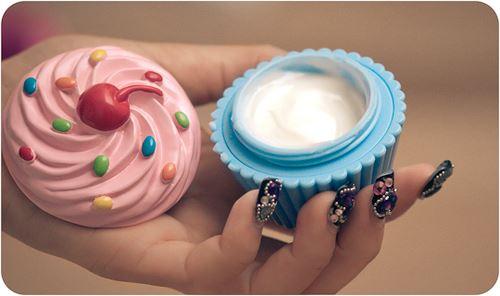 ハンドクリームを持つ女性の手