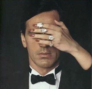 女性に目を押さえられた男性の顔