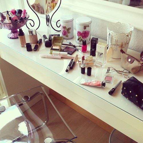 女性の部屋の化粧台