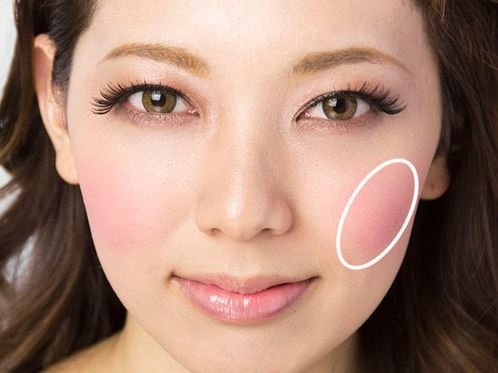 女性のチーク位置を示した顔画像