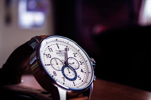 机に置かれた時計