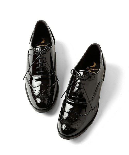 エナメルのクラシックなおじ靴の画像
