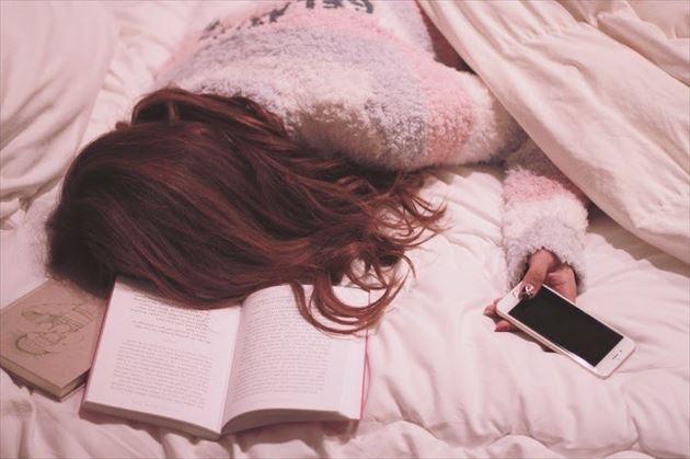 休日にダラダラ寝落ちする女子