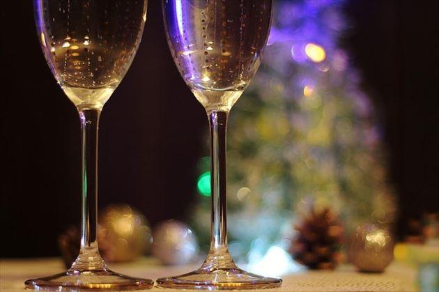 夜景に輝くワイングラス