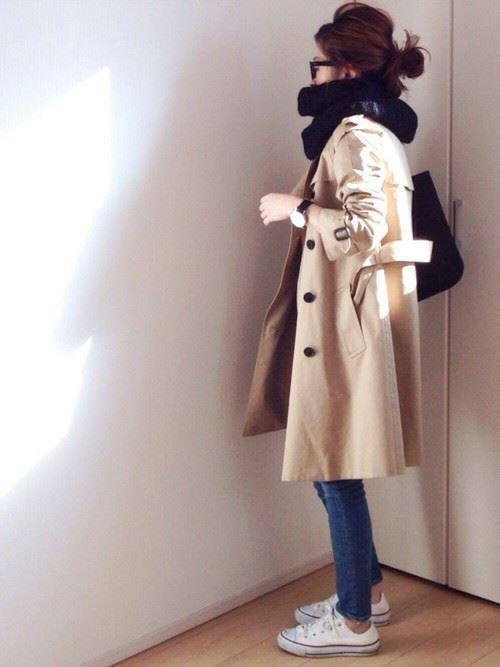 ベージュのトレンチコートを着こなす女性の人気画像1