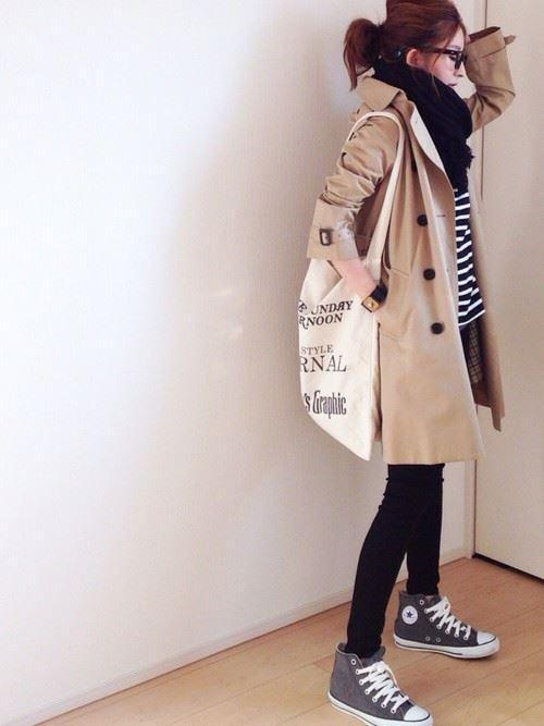 ベージュのトレンチコートを着こなす女性の人気画像2