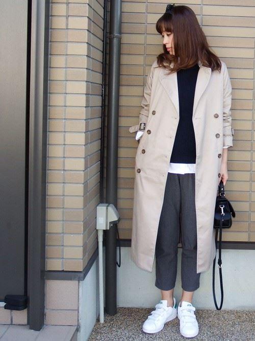 ベージュのトレンチコートを着こなす女性の人気画像3