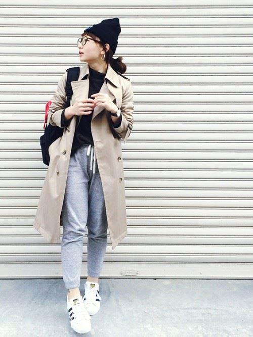 ベージュのトレンチコートを着こなす女性の人気画像4