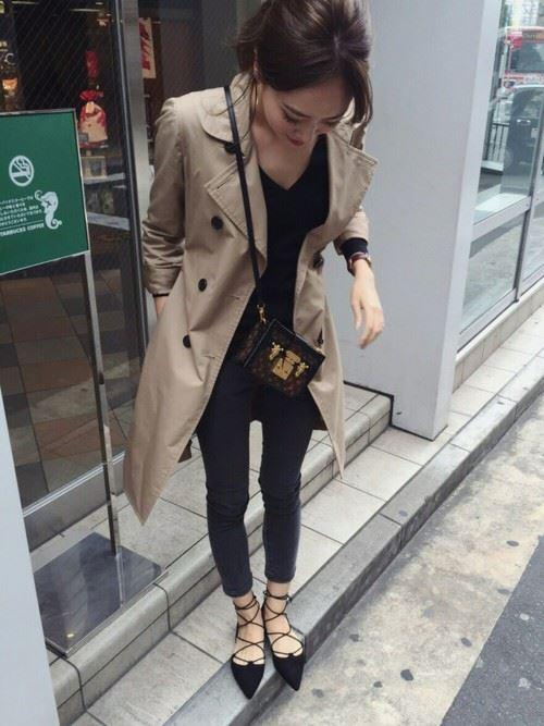 ベージュのトレンチコートを着こなす女性の人気画像12