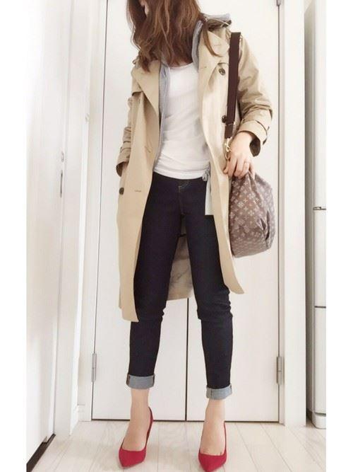 ベージュのトレンチコートを着こなす女性の人気画像13