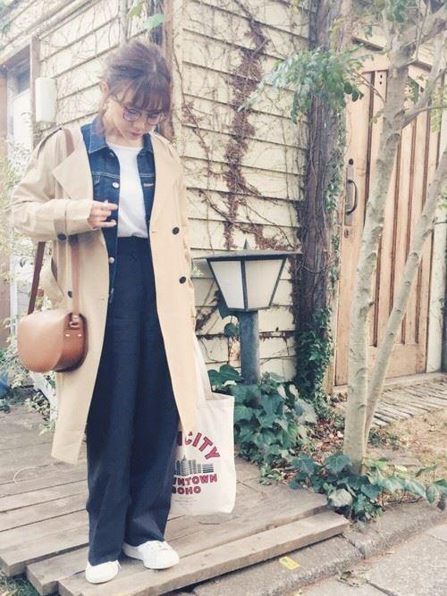 ベージュのトレンチコートを着こなす女性の人気画像14