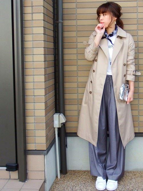 ベージュのトレンチコートを着こなす女性の人気画像16
