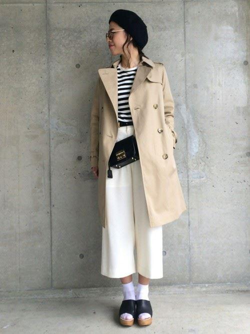 ベージュのトレンチコートを着こなす女性の人気画像17