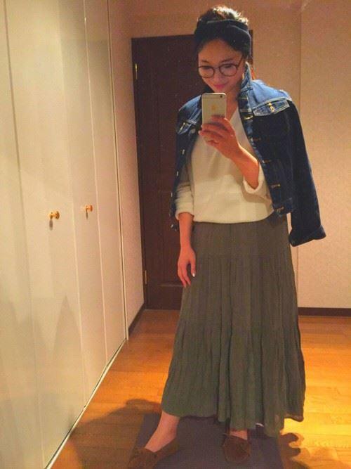 Gジャンをスカートで着こなしたレディースコーディネート画像16