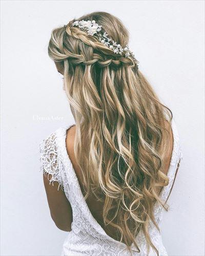 美しいハーフアップ編み込みヘアの女性