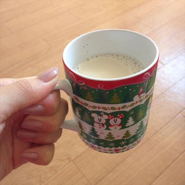 豆乳の入ったマグカップ
