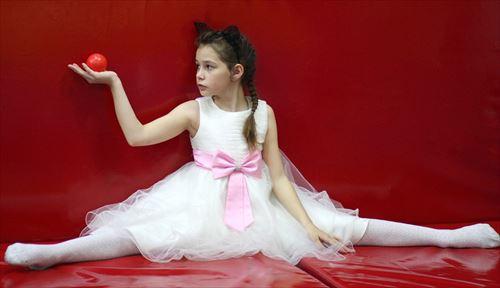 チュールスカートをはいたバレリーナの女の子の画像