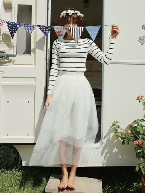 白のチュールスカートをはいた女性の春夏コーディネート画像