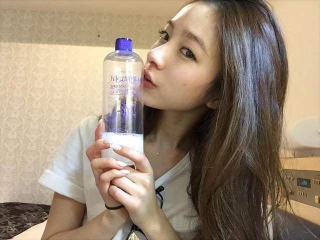 ハトムギ化粧水を持った美肌の女性