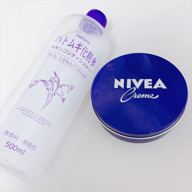 ハトムギ化粧水のボトルとニベア青缶の画像2