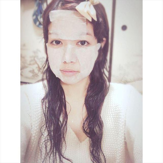 ハトムギ化粧水パックをしている女性の画像