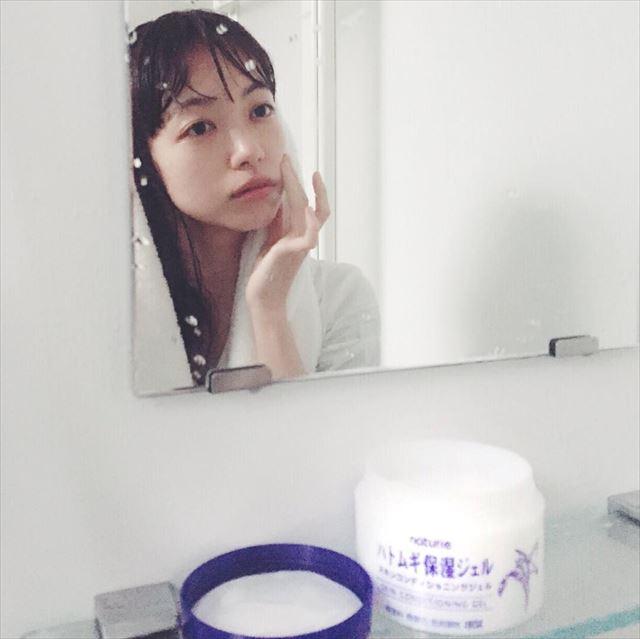ハトムギ保湿ジェルを塗りこむ美肌の女性の画像