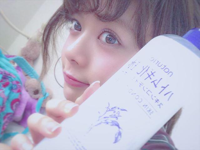 ハトムギ化粧水のボトルを持った可愛い女性の画像