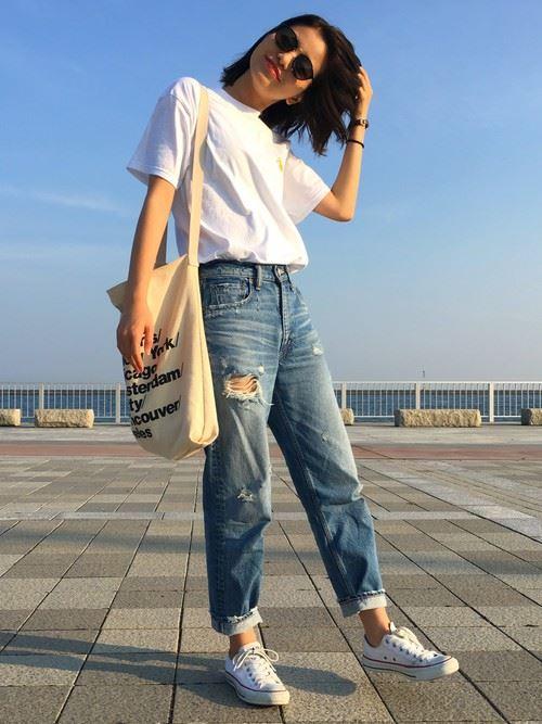 白Tシャツとデニムアイテムを着こなした春夏レディースコーディネートの基本イメージ画像