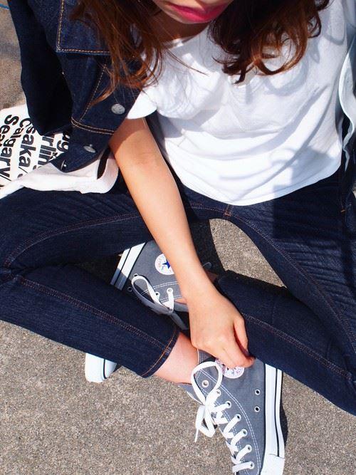 白Tシャツとデニムアイテムを着こなした春夏レディースコーディネート画像1