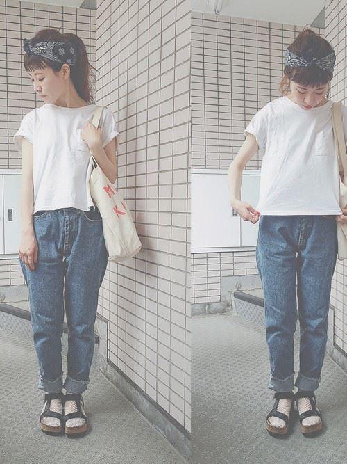 白Tシャツとデニムアイテムを着こなした春夏レディースコーディネート画像2