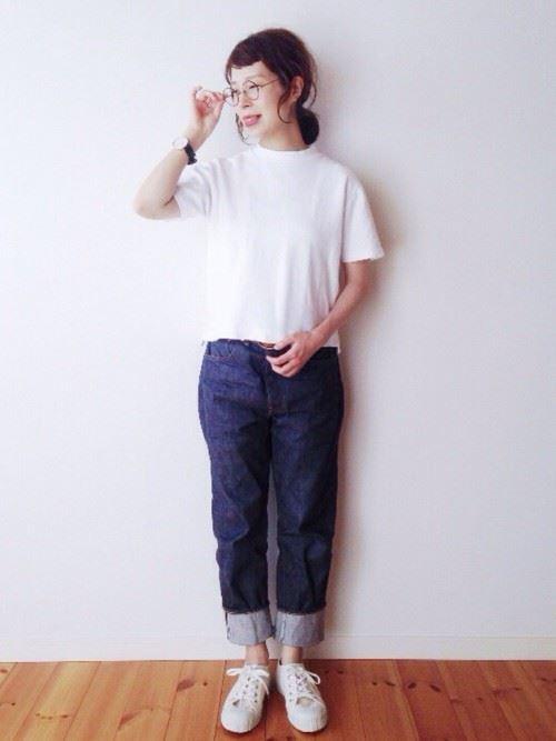 白Tシャツとデニムアイテムを着こなした春夏レディースコーディネート画像3