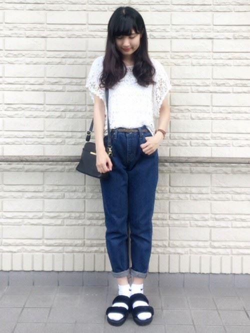 白Tシャツとデニムアイテムを着こなした春夏レディースコーディネート画像5