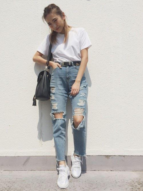 白Tシャツとデニムアイテムを着こなした春夏レディースコーディネート画像6