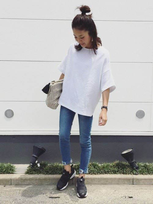 白Tシャツとデニムアイテムを着こなした春夏レディースコーディネート画像7