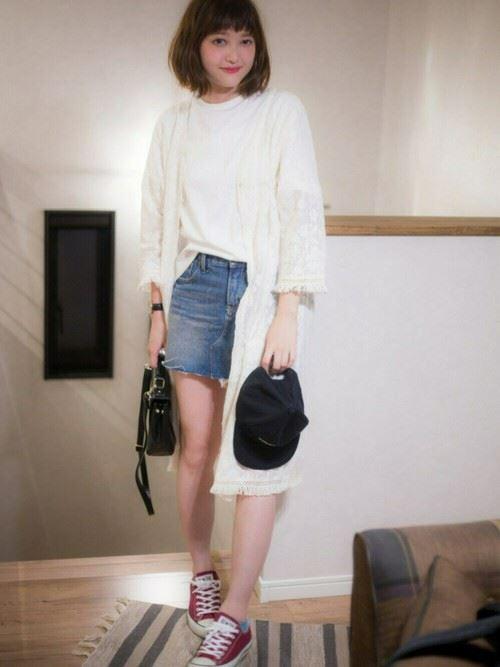 白Tシャツとデニムアイテムを着こなした春夏レディースコーディネート画像10
