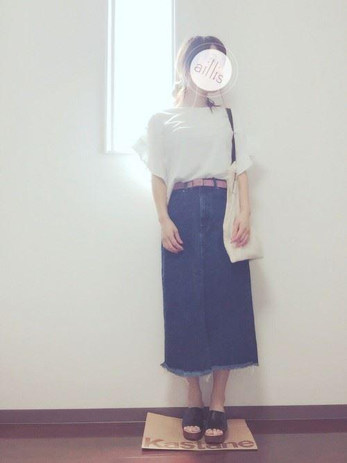 白Tシャツとデニムアイテムを着こなした春夏レディースコーディネート画像13