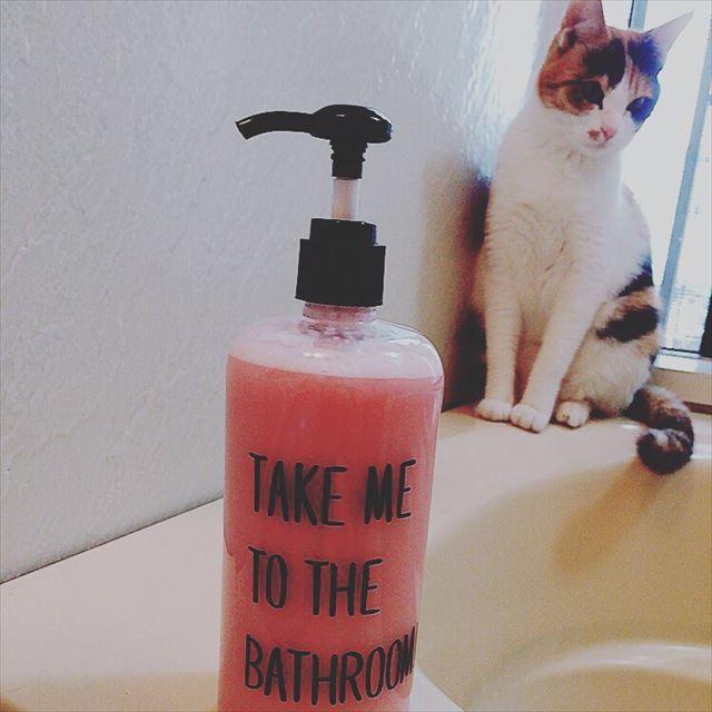 バスルームに置かれたセリアのシャンプーボトルの画像